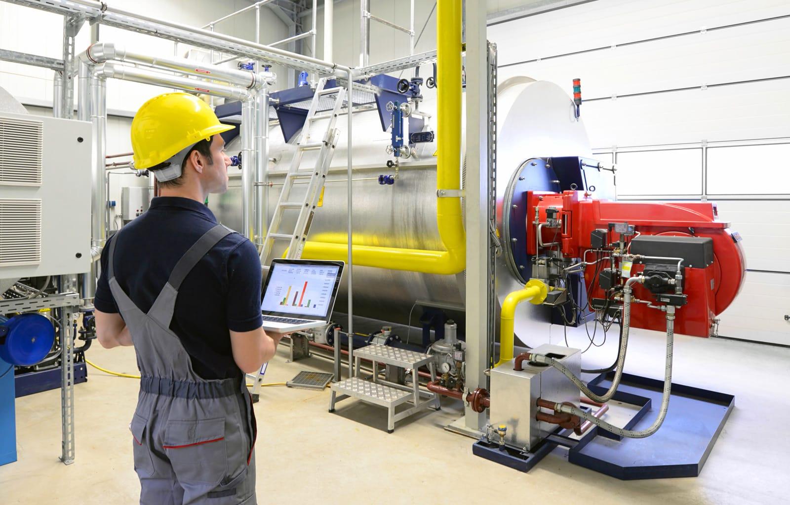 Maschinenbauingenieur prüft Anlage