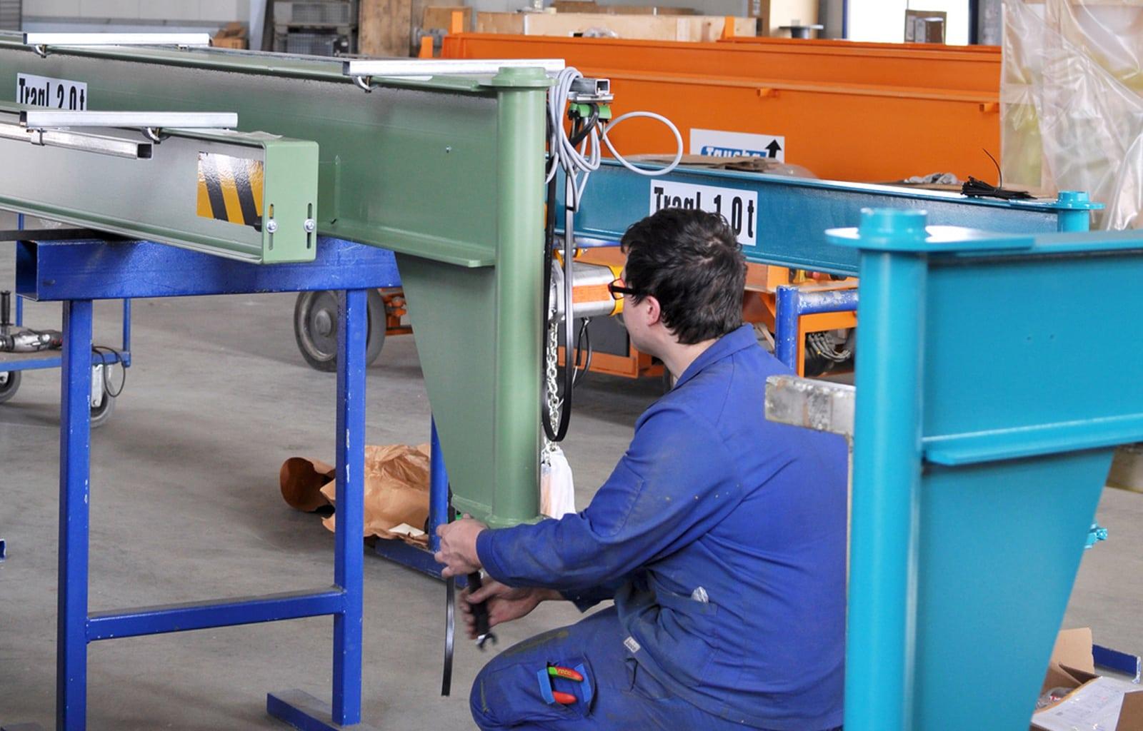 Metallbauer konstruiert Baugruppe